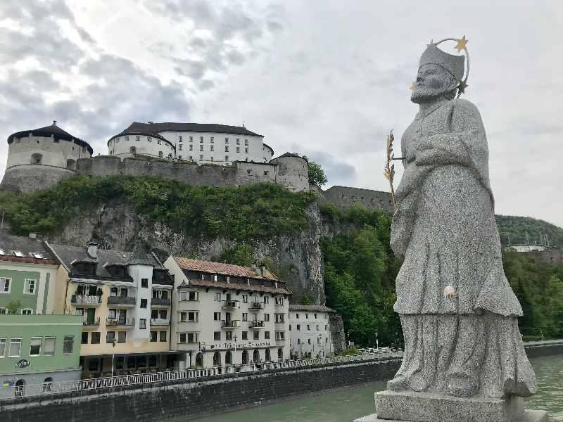 Die Kufstein Sehenswürdigkeiten - der heilige Nepomuk auf der Innsbrücke zwischen Bahnhof und dem Unteren Stadtplatz