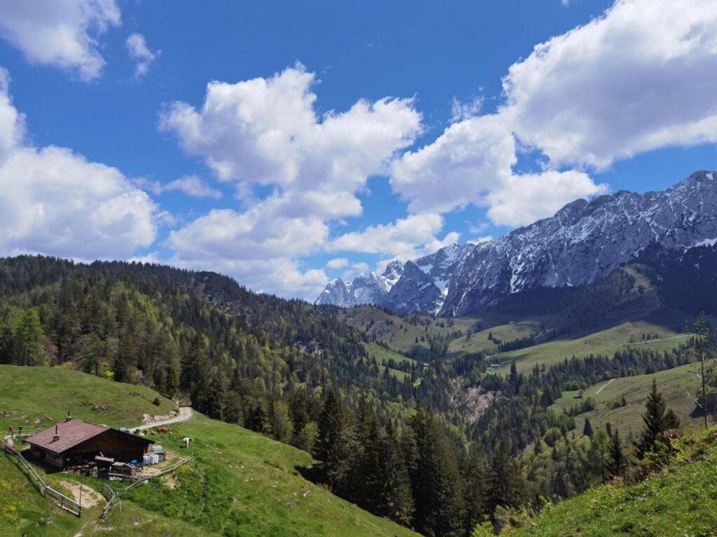 Am Brentenjoch Kufstein wandern - mit der traumhaften Kulisse des Kaisergebirge