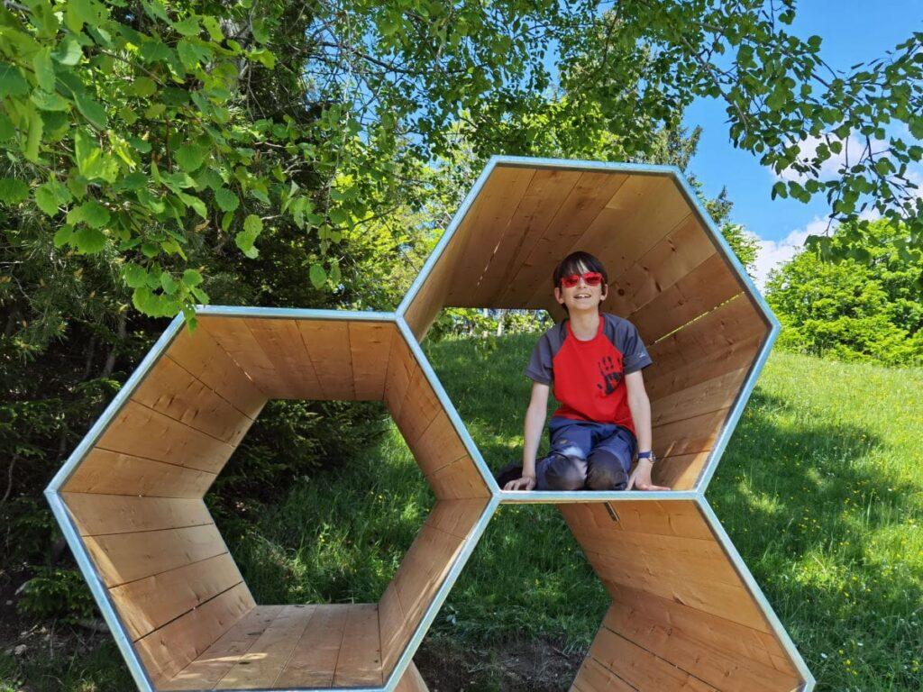 Eine Station am Naturerlebnisweg Kufstein - die Bienenwaben zum Hineinklettern für Kinder