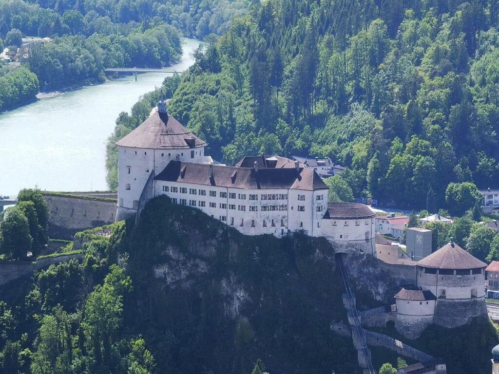 Die Festung Kufstein ist das Wahrzeichen der zweitgrößten Stadt in Tirol
