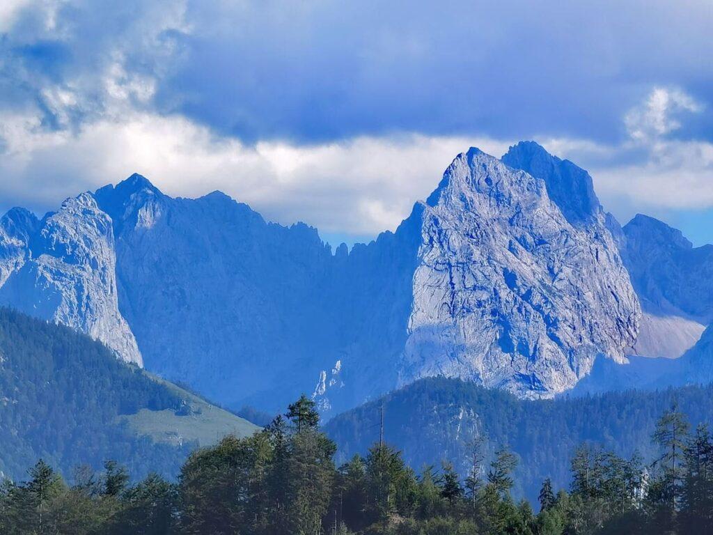 Ausblick vom Hocheck Oberaudorf zu den steinernen Riesen im Kaisergebirge