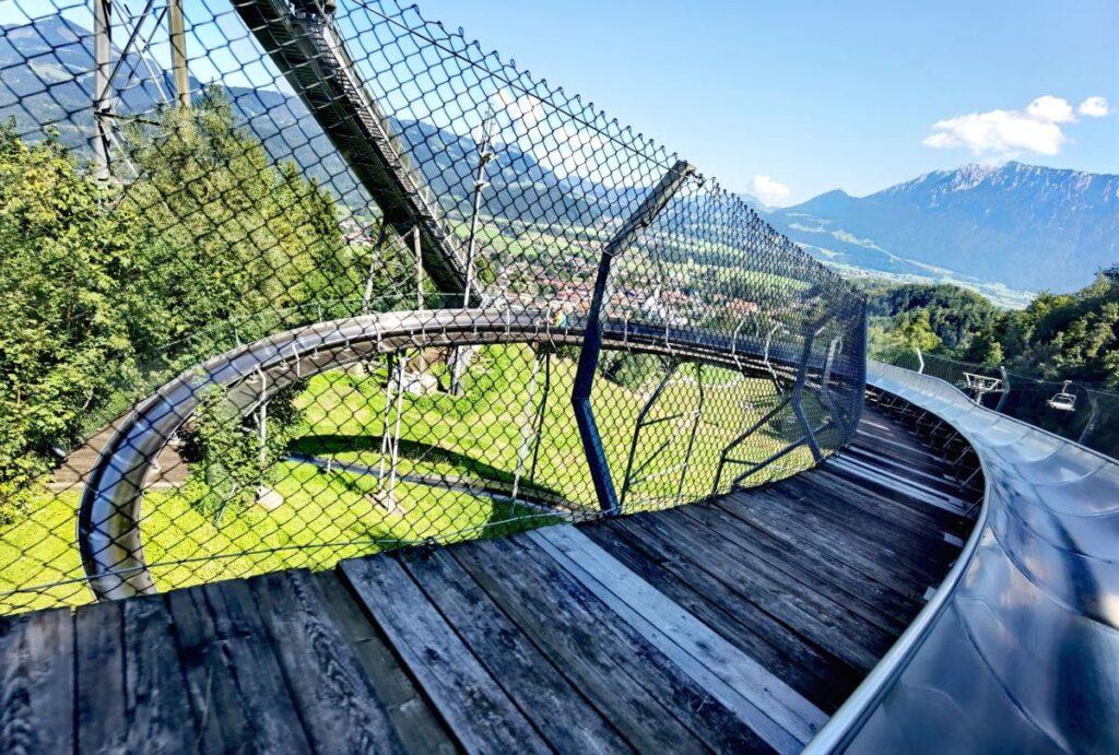 Oberaudorf Sommerrodelbahn - vor derm 360 Grad Panoramakreisel